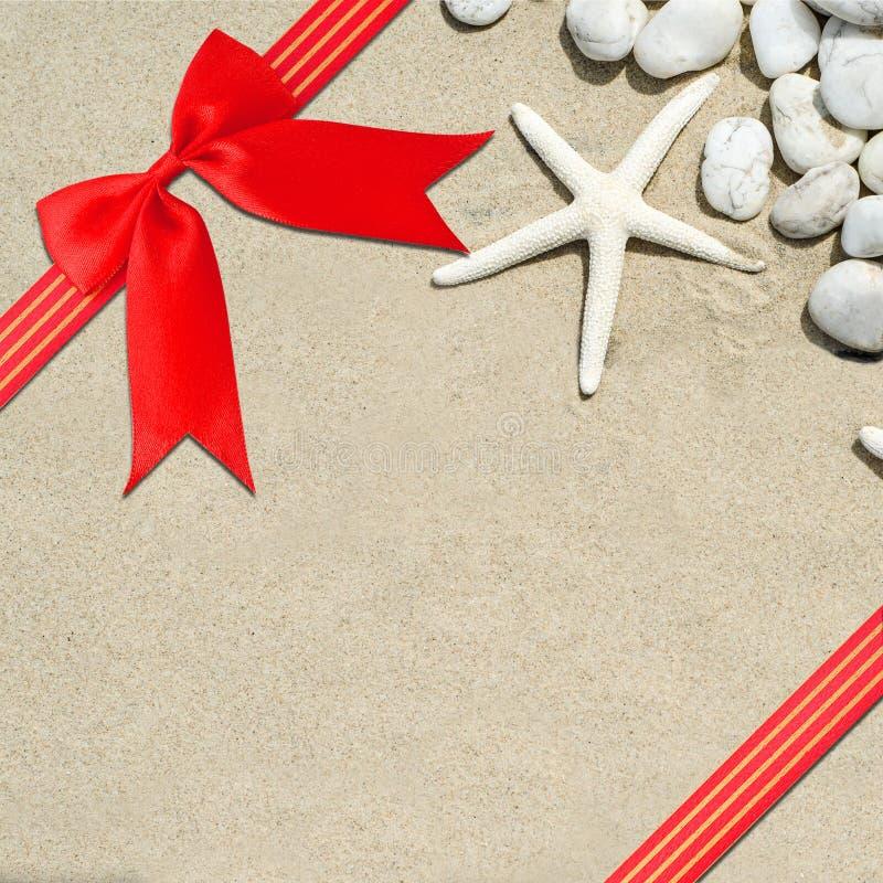 Красная лента с угловым смычком стоковая фотография