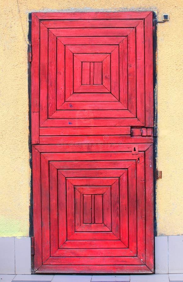 Красная деревянная дверь с кнопкой колокола стоковая фотография rf