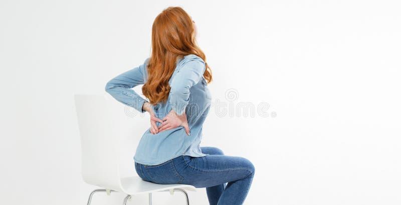 Красная женщина волос страдая от боли в спине Неправильные проблемы сидя позиции Облегчение боли, концепция хиропрактики стоковые фото