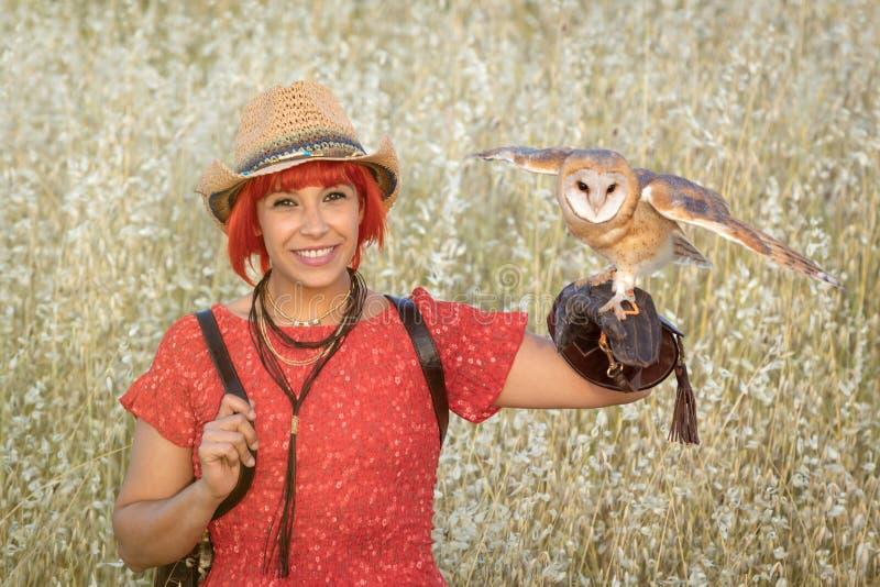 Красная женщина волос с белым сычом на ее руке стоковые фотографии rf