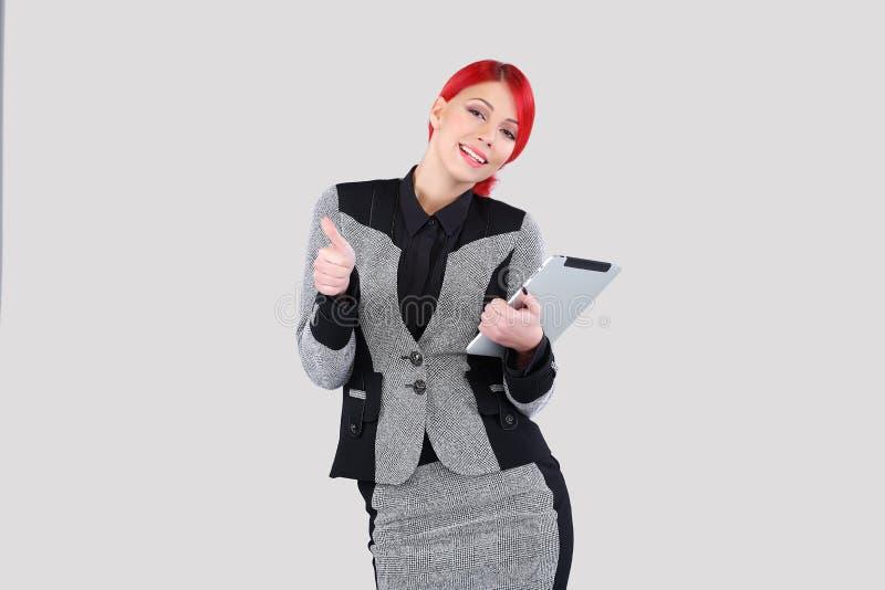 Красная женщина волос держа таблетку стоковые фотографии rf
