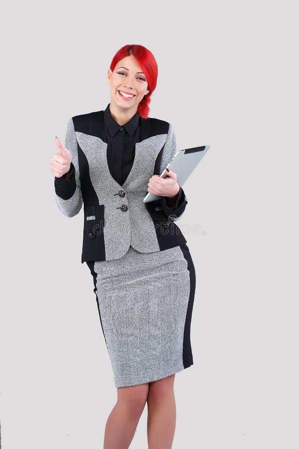 Красная женщина волос держа таблетку 2 стоковая фотография rf