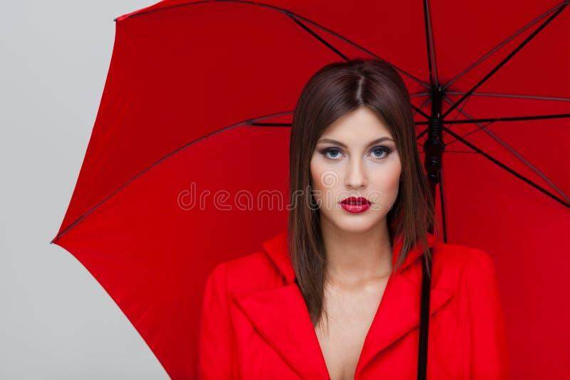 красная женщина зонтика стоковое изображение rf