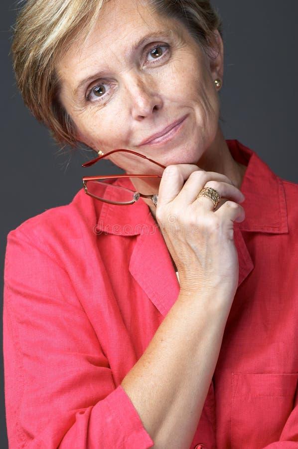 красная женщина рубашки стоковая фотография