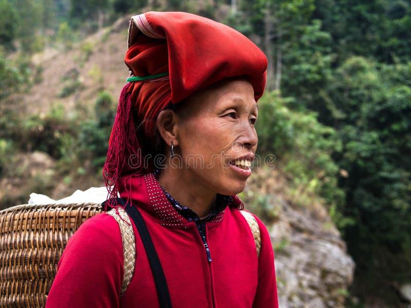 Красная женщина Dao нося традиционный головной убор, Sapa, Lao Cai, Viet стоковое изображение