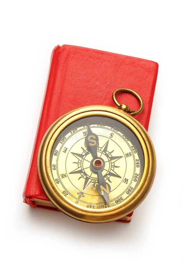 Красная закрытая книга с ретро компасом стоковая фотография rf