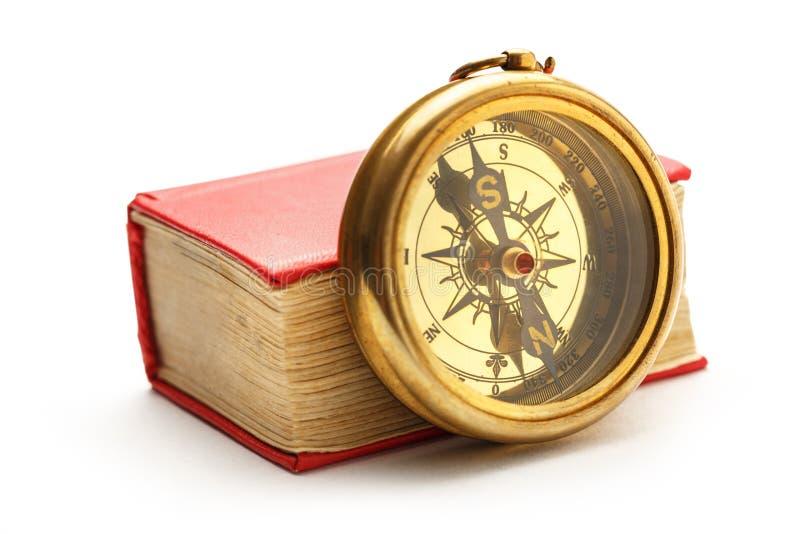 Красная закрытая книга с ретро компасом стоковые изображения rf