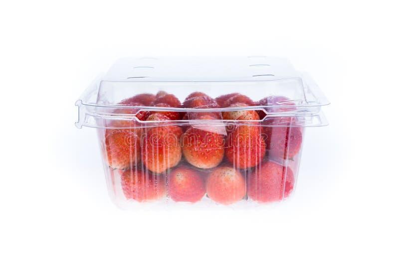 Красная зрелая клубника в пластичной изолированной коробке упаковки, стоковое фото rf