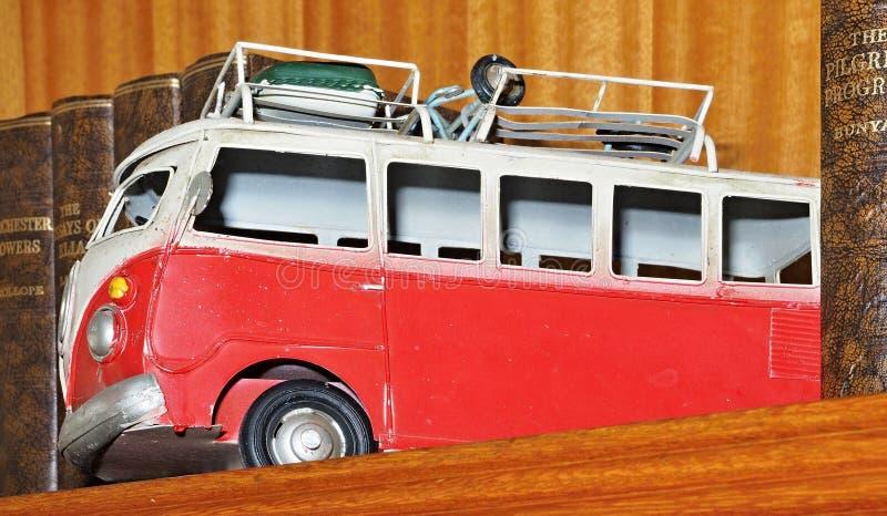 Красная игрушка Van олова или автобус покрашенный с цветками стоковые изображения rf