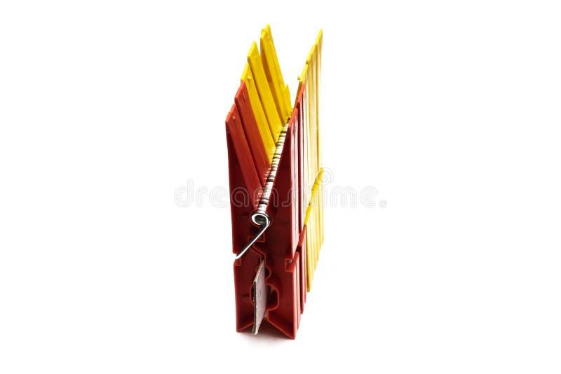 Красная изолированная зажимка для белья для сушить одежды, стоковое изображение rf