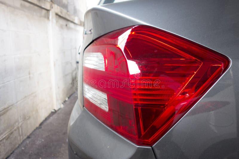 Красная и белая задняя лампа автомобиля стоковая фотография rf