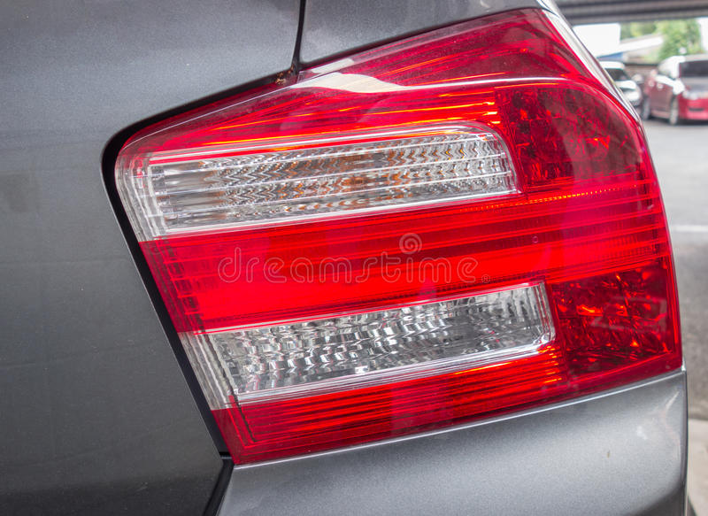 Красная и белая задняя лампа автомобиля стоковые изображения
