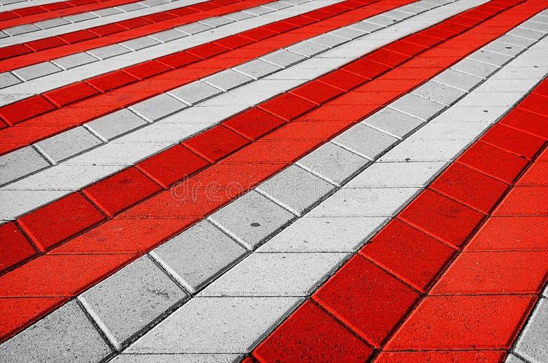 Красная и белая checkered плитка на улице стоковые фото