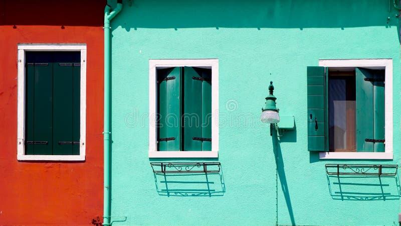 Красная и зеленая стена с домом окон стоковые фотографии rf
