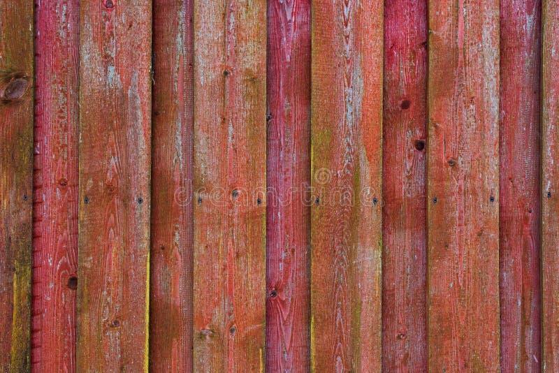Красная и розовая деревянная поверхность сделанная заплетенных доск стоковая фотография rf