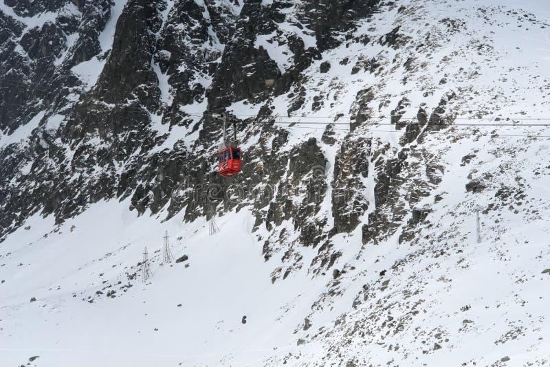 Красная кабина фуникулера к Lomnicky Stit в зиме в высоких горах Tatras стоковое фото rf