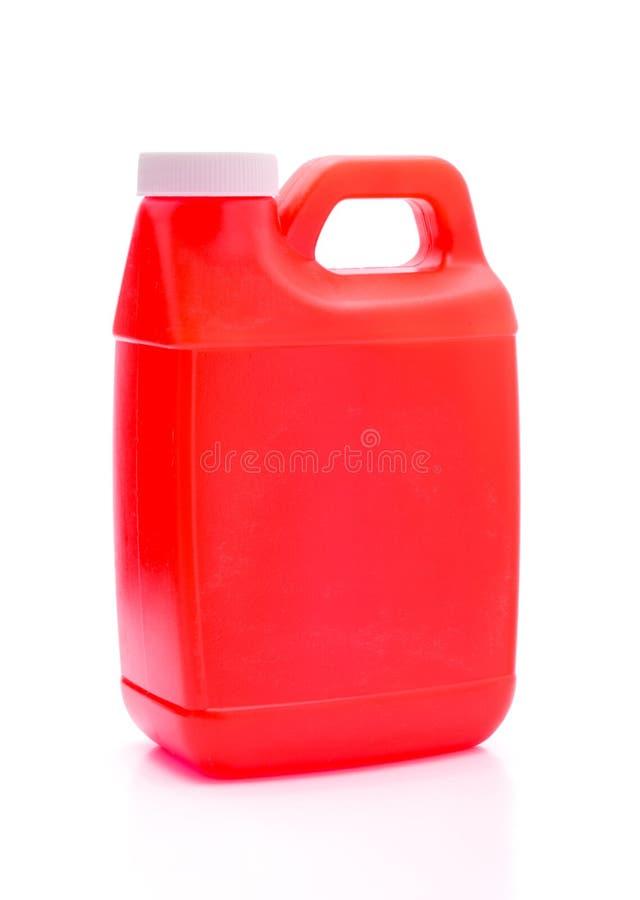 Красная канистра пластмасового контейнера изолированная на белом крупном плане предпосылки стоковые фотографии rf
