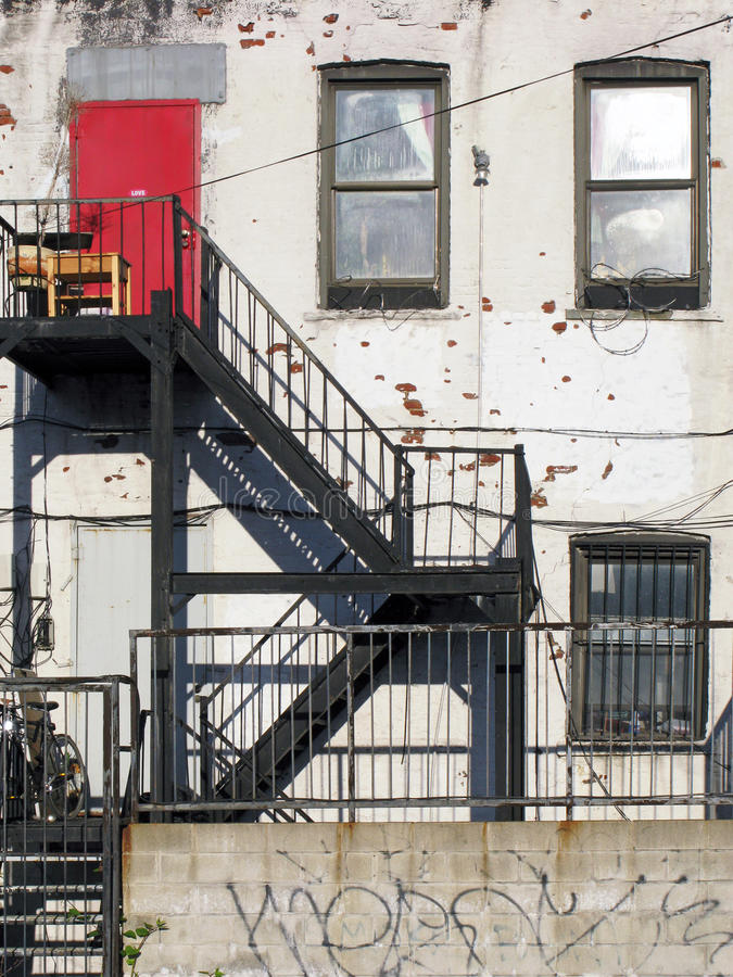 Красная квартира Grunge двери стоковая фотография rf