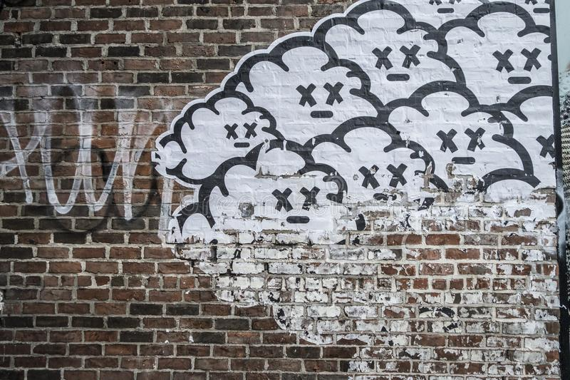 Красная кирпичная стена с мертвыми облаками стоковое фото rf