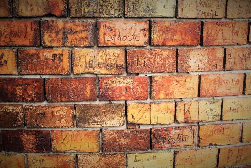 Красная кирпичная стена с сочинительствами стоковое фото rf