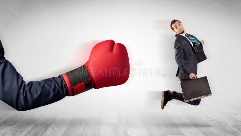 Красная кладя в коробку перчатка стучает вне меньшим бизнесменом стоковые изображения rf