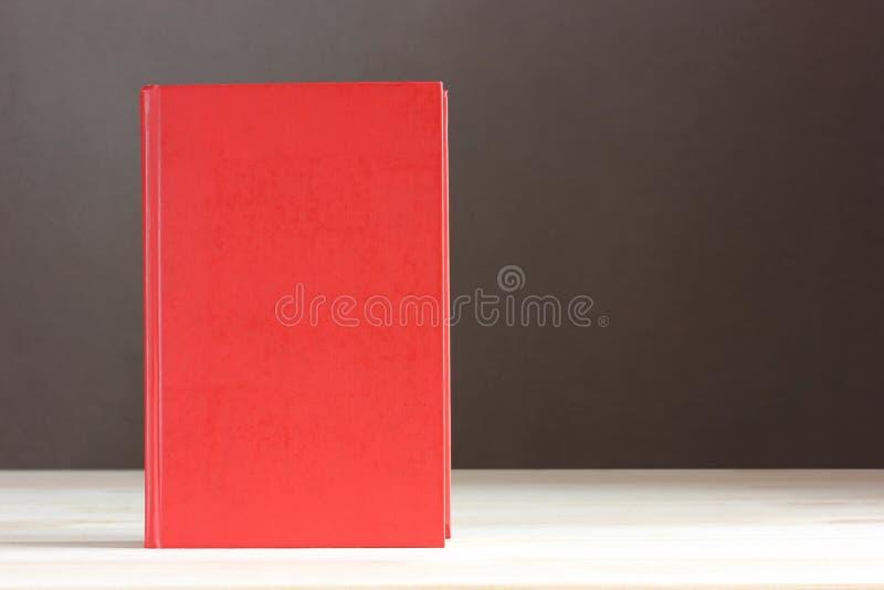 Красная книга с пустой крышкой Пустой космос для вашего текста стоковая фотография rf