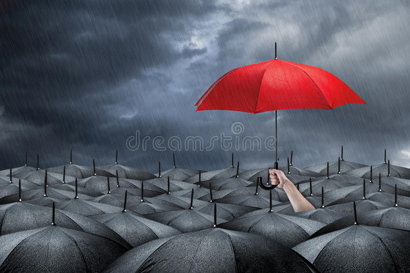 Красная концепция зонтика стоковое изображение