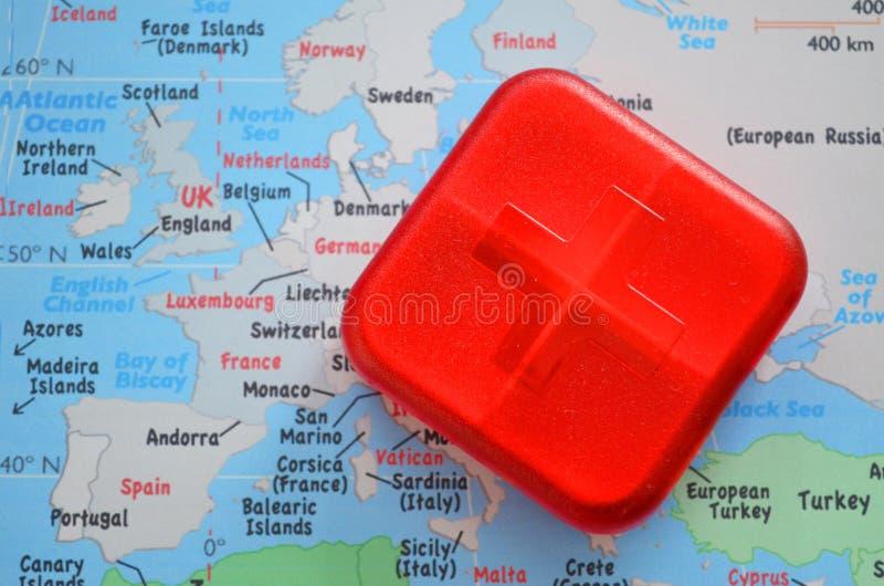 Красная коробка бортовой аптечки с крестом стоковое фото rf