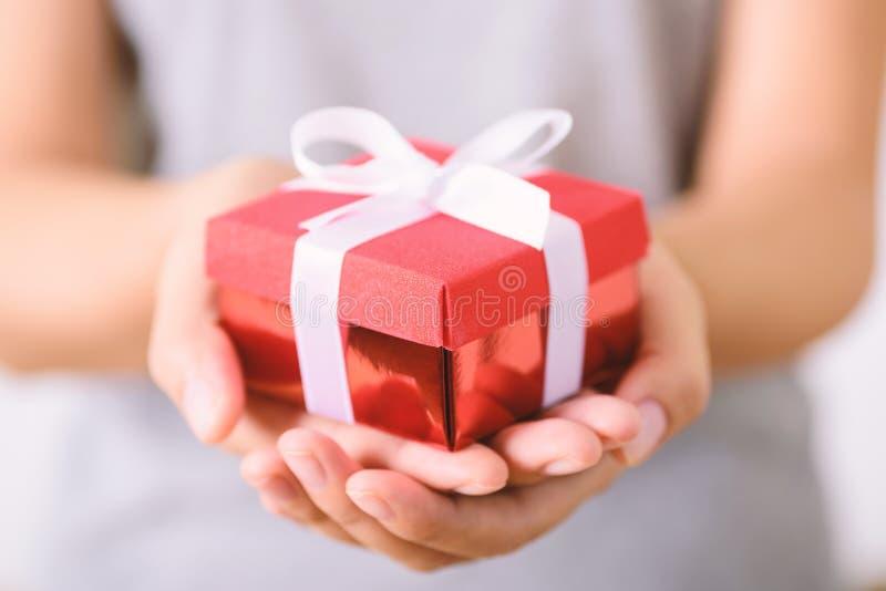 Красная коробка подарков в запасе стоковое изображение rf