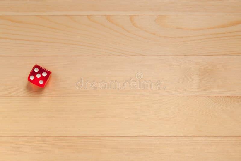 Красная кость на русой деревянной предпосылке Сброшенные 5 стоковая фотография