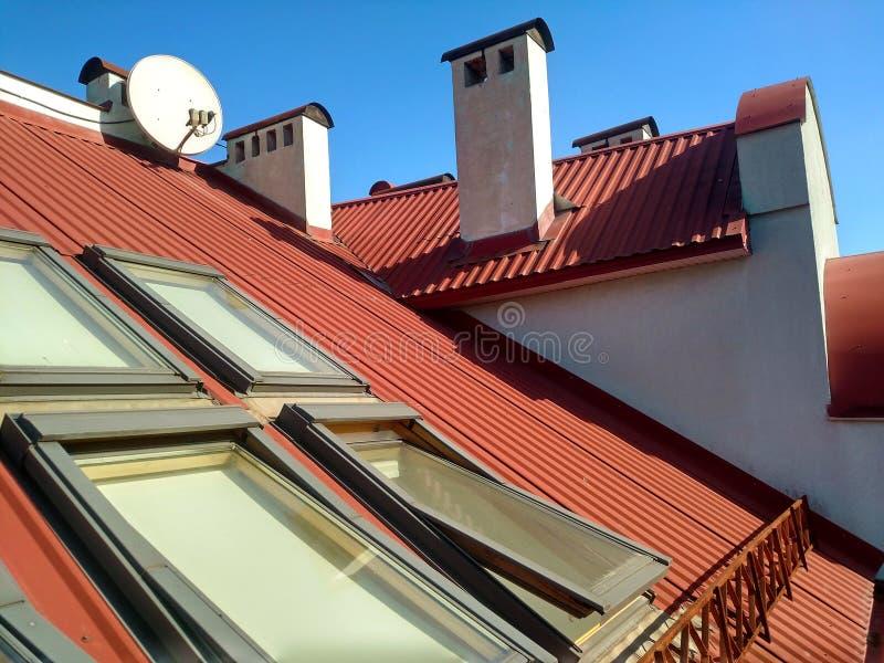 Красная крыть черепицей черепицей крыша дома с окнами чердака Настилать крышу конструкция, установка окна, современная концепция  стоковые фото