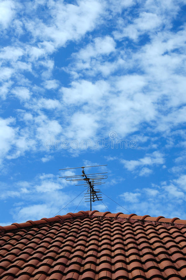Download Красная крыша с небом и облаками Стоковое Изображение - изображение насчитывающей самомоднейше, облака: 33728019