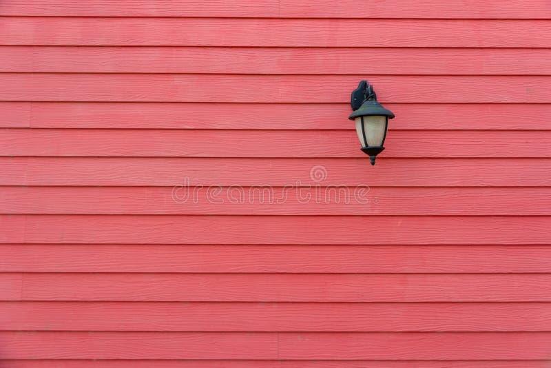 красная лампа стены в парке стоковая фотография