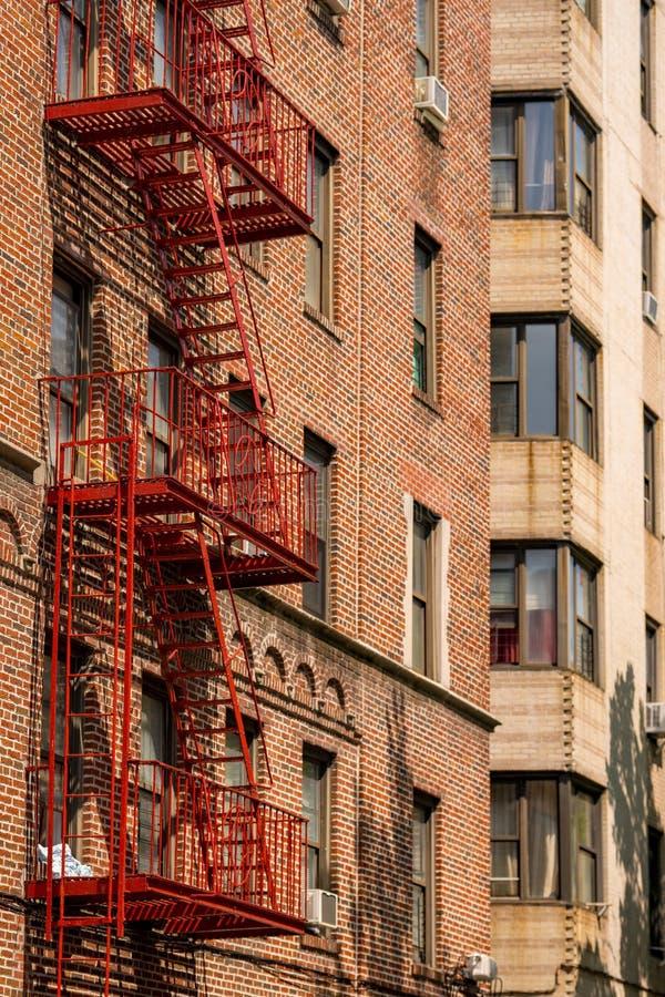 Красная лестница пожарной лестницы в Нью-Йорке стоковая фотография