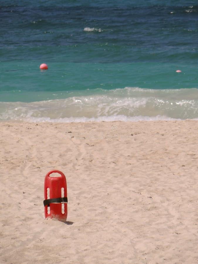 Красная личная охрана спасателя в песке на пляже стоковое изображение rf