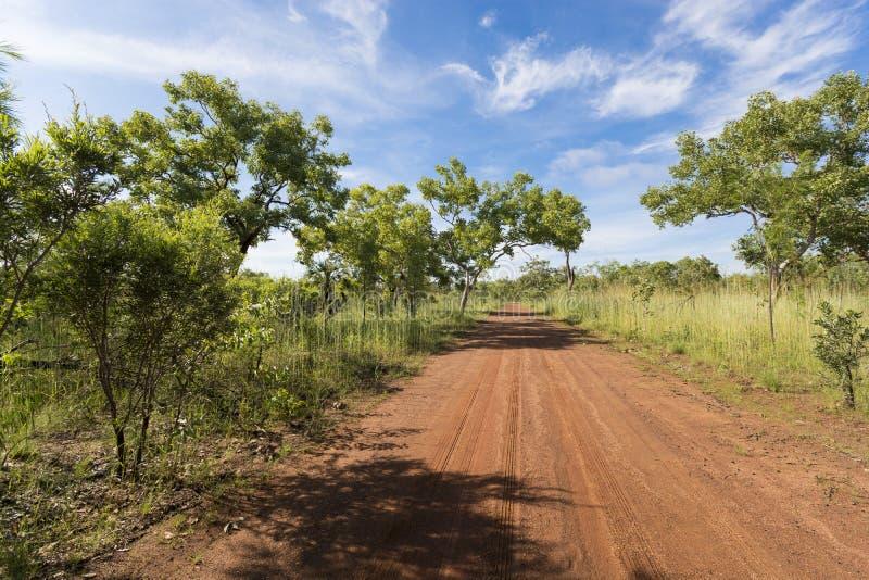 Красная дорога гравия - национальный парк Kakadu, Австралия стоковое изображение