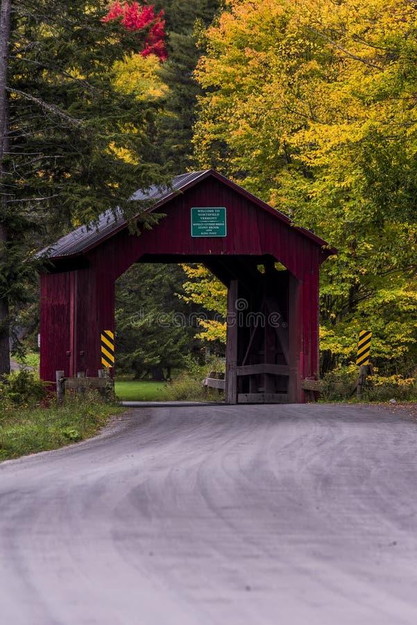 Красная дорога крытого моста и гравия - осень/падение - Вермонт стоковая фотография rf