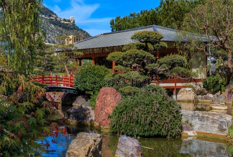 Красная пагода и небольшое озеро в японском саде или Jardin Japonais в Монако, Монте-Карло стоковые фото