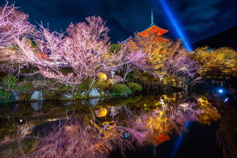 Красная пагода и освещение вечером в виске, Киото в Японии стоковые изображения