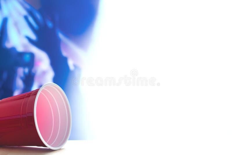 Красная партия придает форму чашки тематический шаблон предпосылки Белый фон Контейнер спирта на своей стороне Руки людей танцуя  стоковые изображения rf