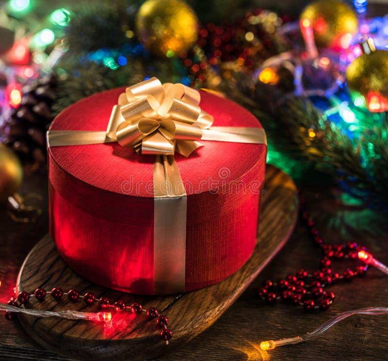 Красная подарочная коробка в рождественской консерве стоковое фото rf