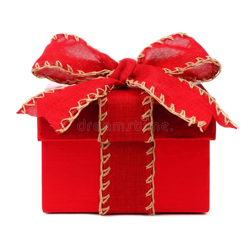 Красная подарочная коробка рождества с красным смычком и лента на белизне стоковая фотография rf
