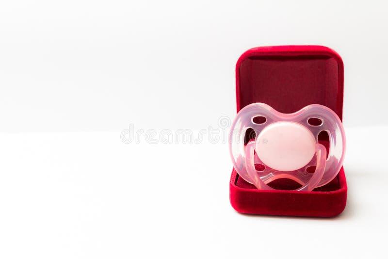 Красная подарочная коробка с присутствующим - pacifier стоковые изображения