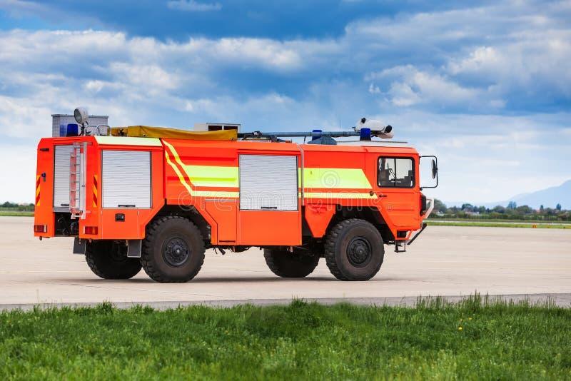Красная пожарная машина авиапорта стоковое фото