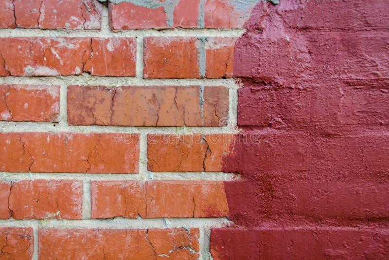 Красная половина кирпичной кладки покрашенная в темном - красная краска стоковая фотография rf