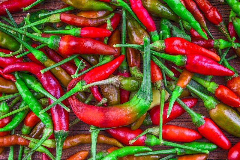 Красная предпосылка чилей, селективный фокус стоковая фотография rf