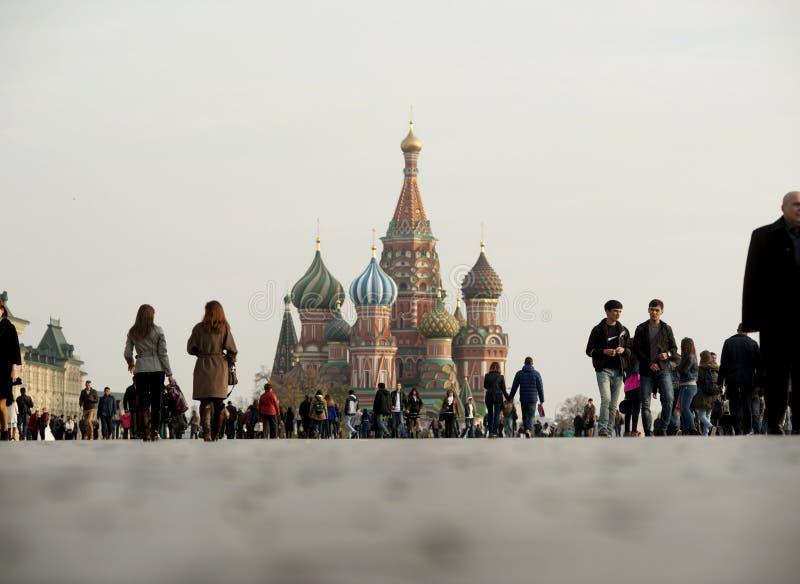 Красная площадь и Кремль с множеством туристов стоковое изображение