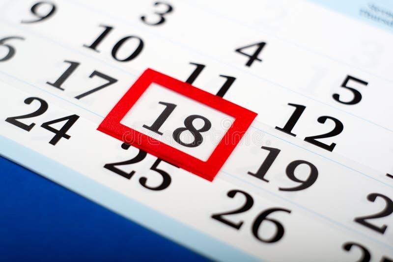 Красная рамка на крупном плане календаря o стоковое изображение