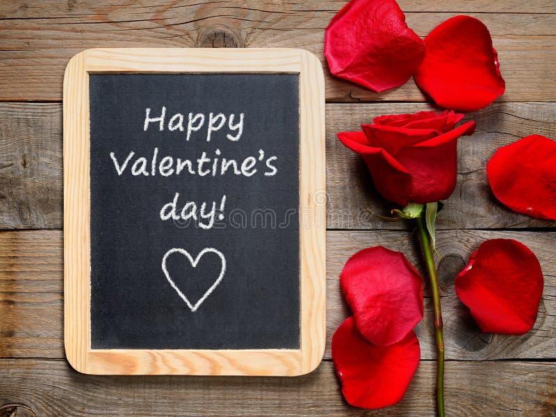 Красная роза и счастливый день валентинок! текст стоковые изображения