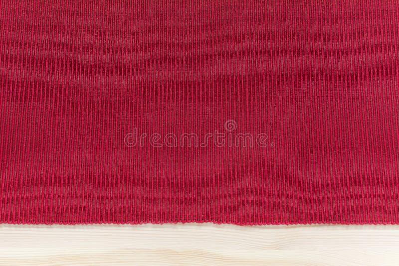 Красная салфетка с нашивками - модель-макет ткани кухни предпосылки с стоковое фото rf